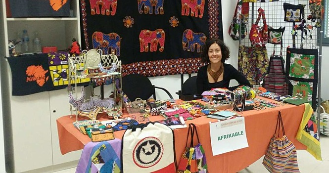 Voluntaria Amparo en mercadillo de Comercio Justo Afrikable